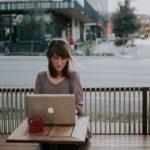 屋外でパソコンを操作する女性
