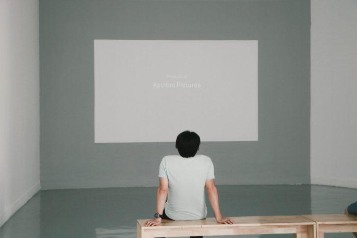 映画を観ている男性