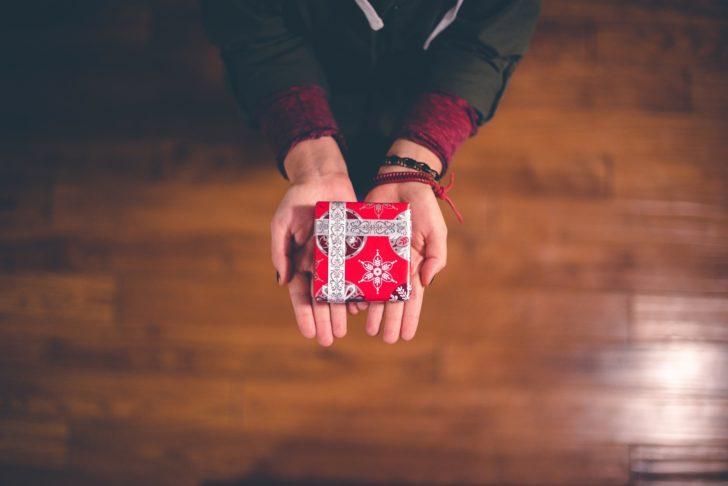 プレゼントを渡す手