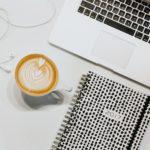 パソコンとノートとコーヒー