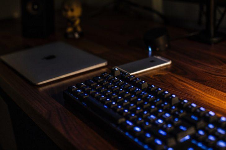 パソコンとスマホとキーボード