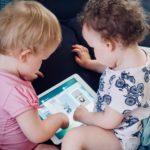 タブレットでゲームをする子供
