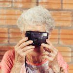 カメラをかまえるおばあさん