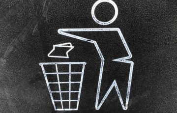 ゴミ箱にゴミを捨てる人