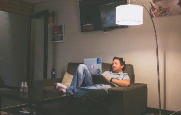 部屋でパソコンを使う男性
