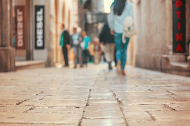 街中を歩いている人々