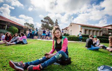 大学の庭でくつろぐ学生