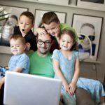 パソコン画面を見つめる家族