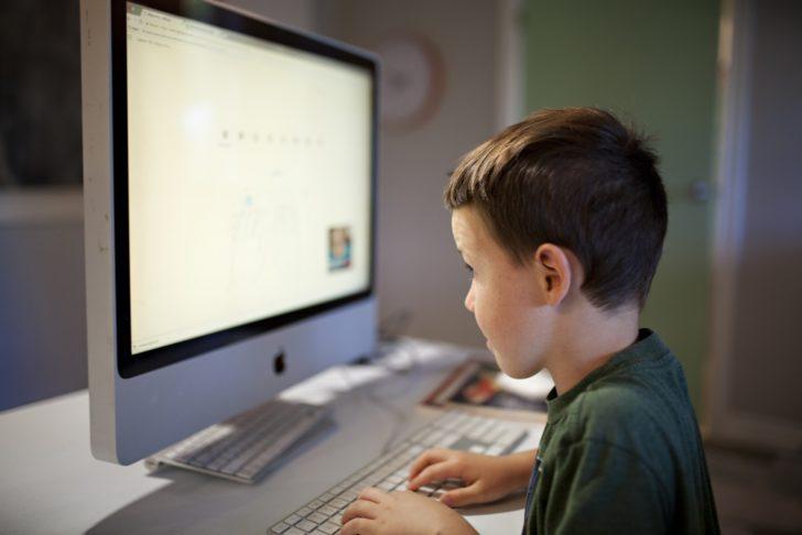 パソコンと向き合う少年