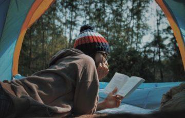 テントの中で読書をする女性