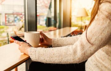 カフェでスマホを使う女性