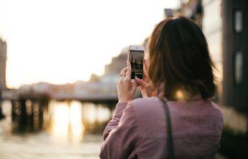 綺麗な景色を撮影する女性