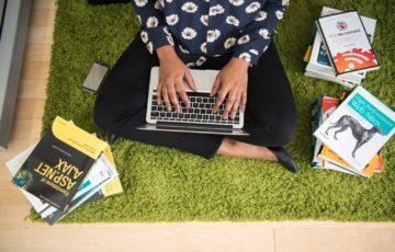 部屋でパソコンを操作している様子