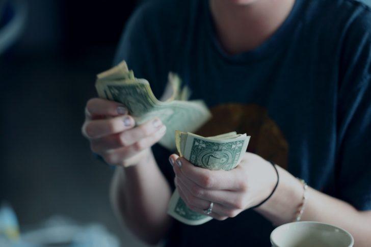 お金を数える女性